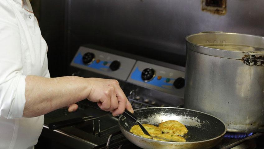 cozinheira-nao-recebera-adicional-por-contato-com-agua-sanitaria